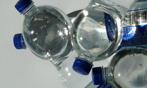 Woda butelkowana a wkład rewitalizujący Ecoperla Elixir